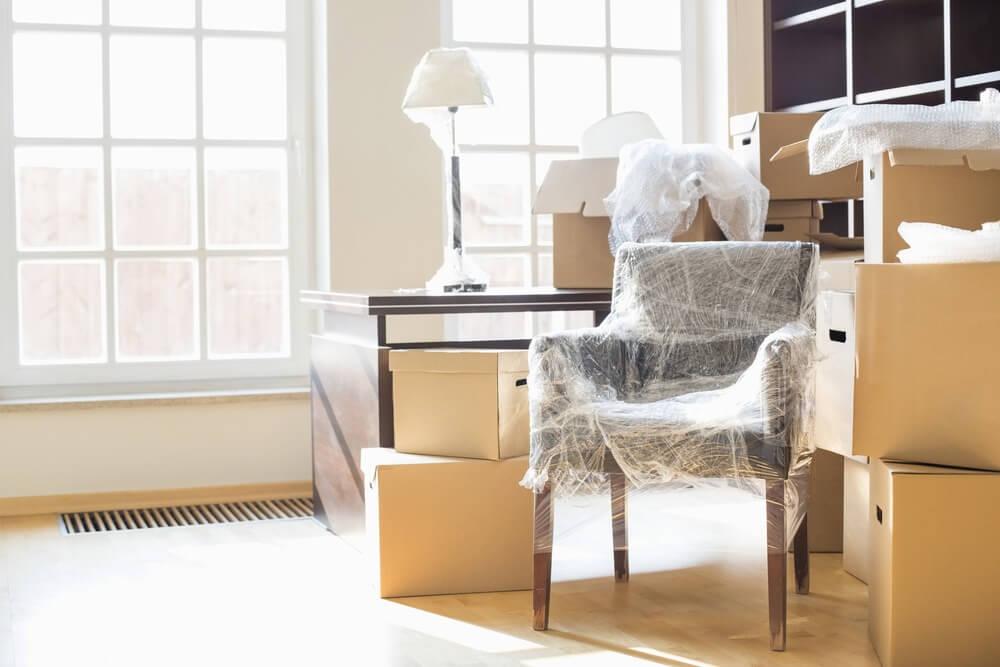 Salon avec objets emballés et cartons