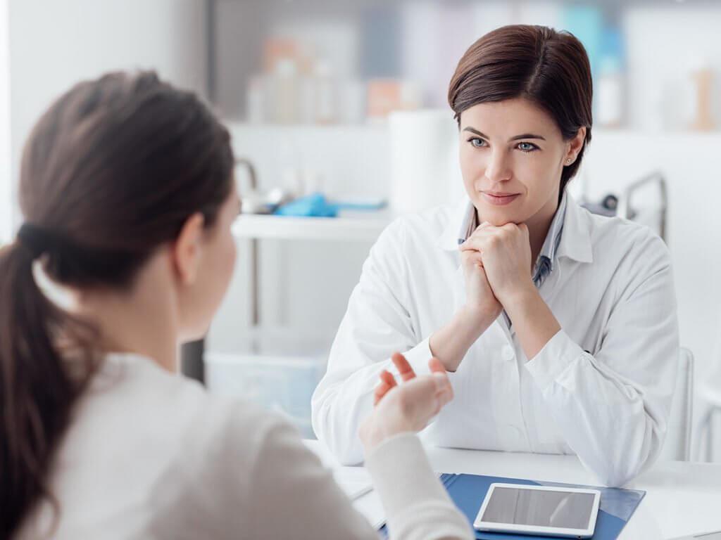 Médecin et son patient en cabinet