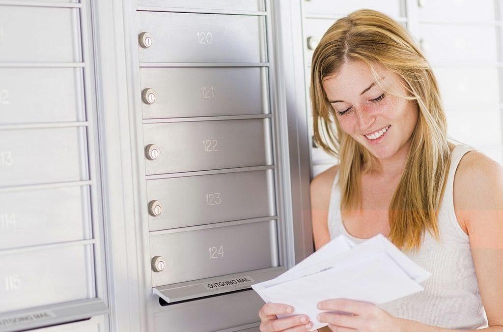 Femme lisant son courrier