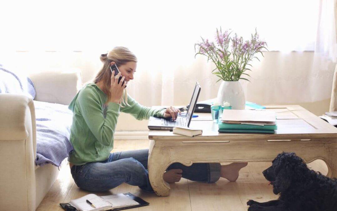 Femme effectuant ses démarches administratives à la maison