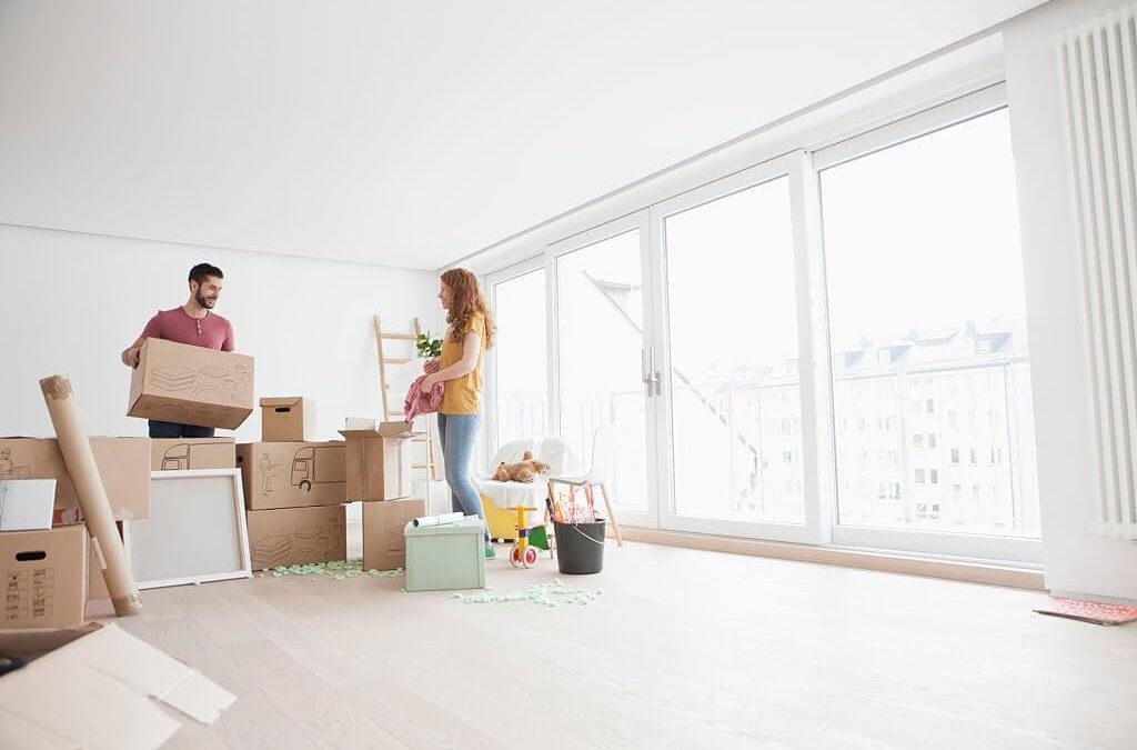 Couple qui emménage dans un nouveau logement