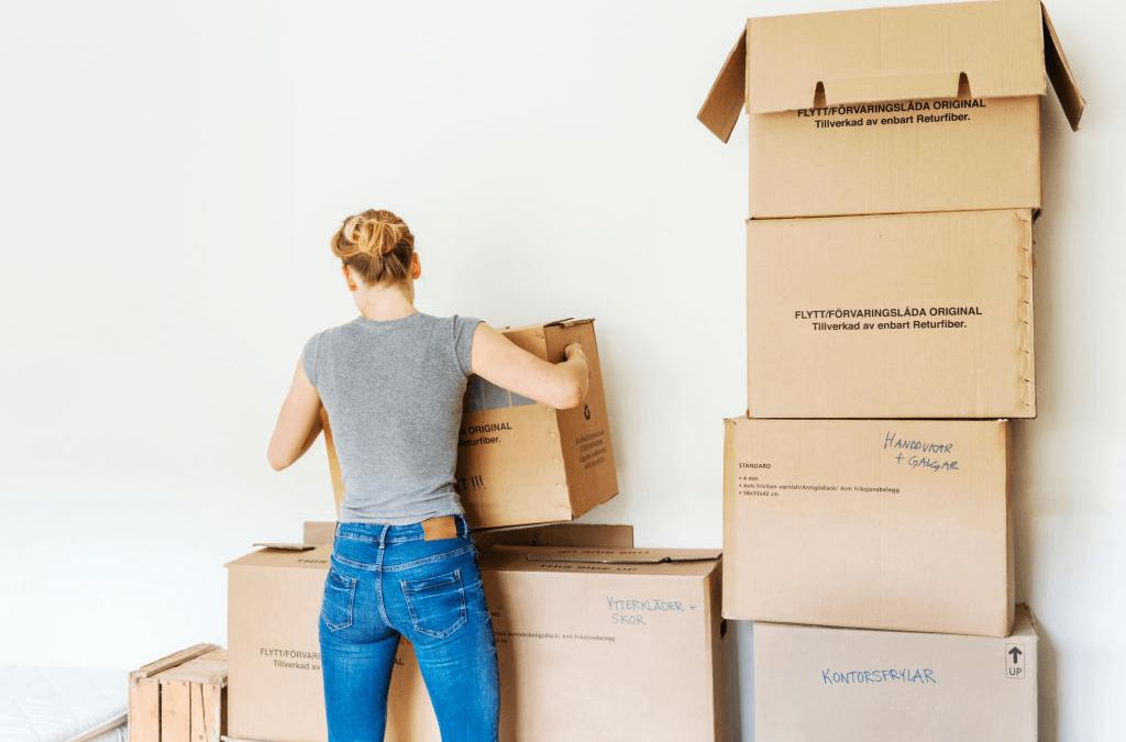 Femme qui prépare ses cartons de déménagement