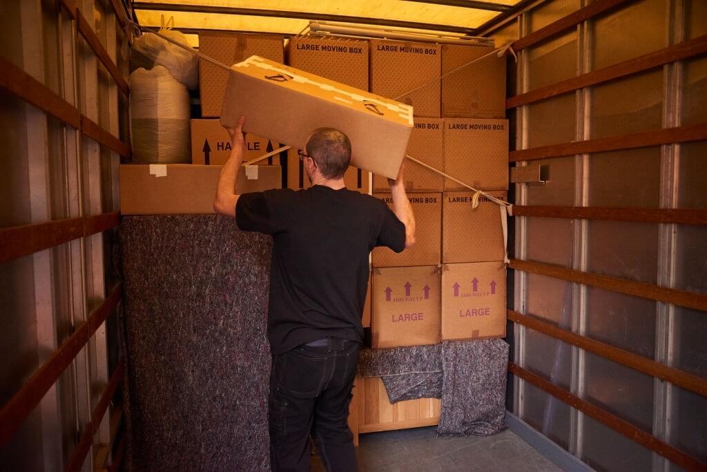Chargement d'un camion de déménagement 20m3